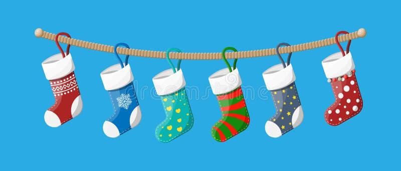 圣诞节长袜以在绳索的各种各样的颜色 皇族释放例证
