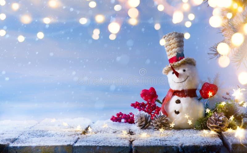 圣诞节雪人和圣诞树装饰; 库存图片