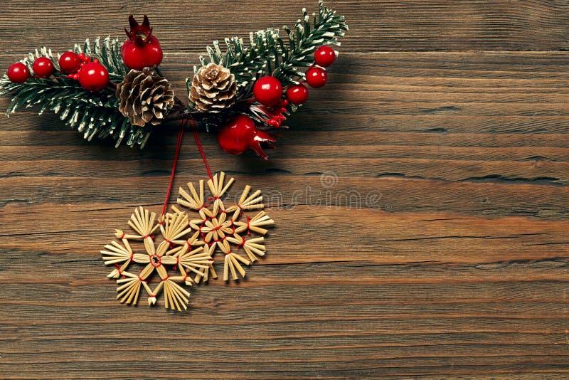 圣诞节雪花木背景,冬天秸杆雪剥落 图库摄影