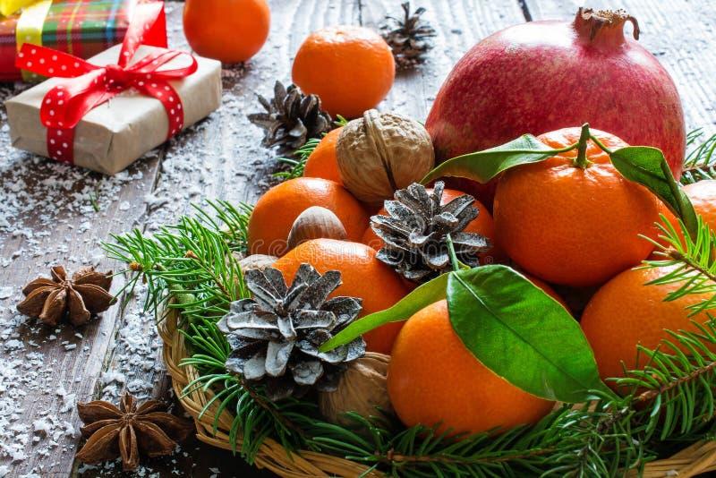 圣诞节静物画用蜜桔、石榴、香料和坚果 免版税库存照片