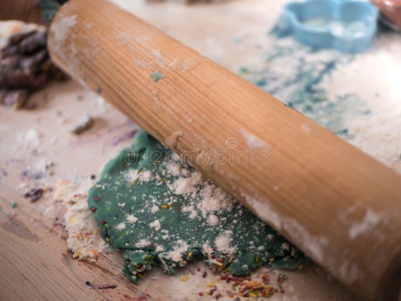 圣诞节面包店:一根木滚针的特写镜头 免版税库存照片