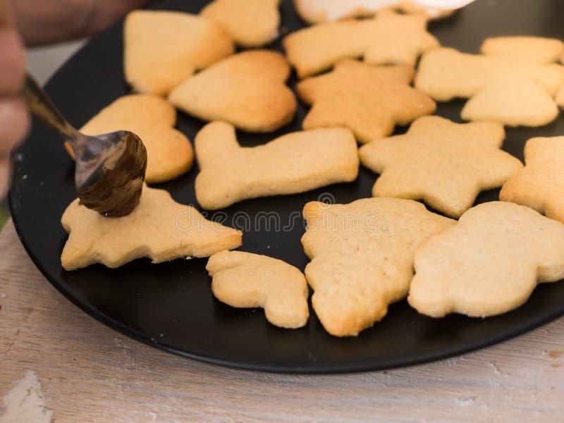 圣诞节面包店:倾吐与chocolat的曲奇饼特写镜头  免版税库存照片