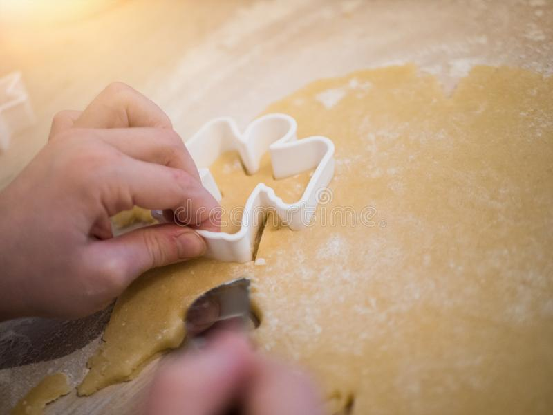 圣诞节面包店:准备曲奇饼的女孩的顶视图 库存照片