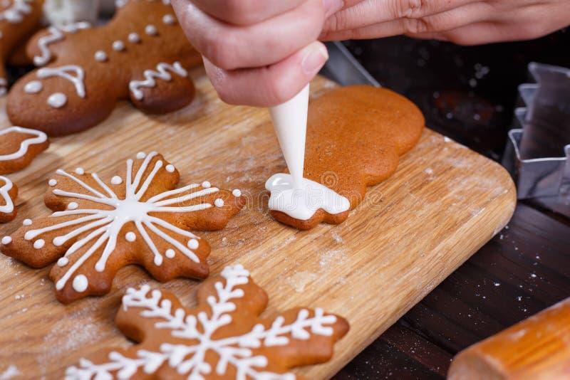 圣诞节面包店 关闭装饰自创姜的过程 图库摄影