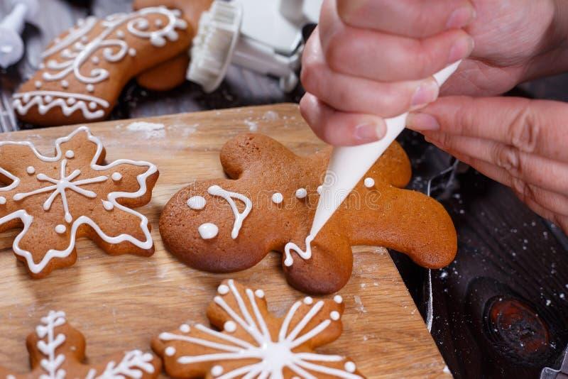 圣诞节面包店 装饰有结冰的自创姜饼人 库存图片