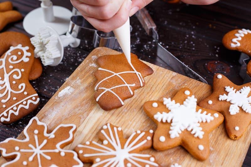 圣诞节面包店 装饰自创姜饼咕咕声的过程 库存照片