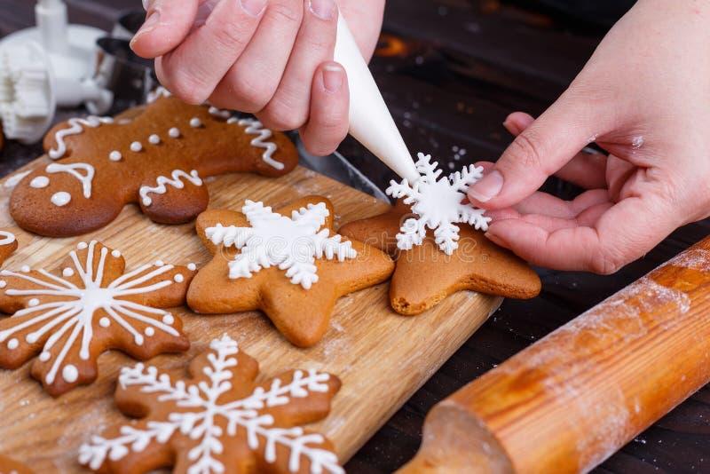 圣诞节面包店 装饰自创姜饼sno的过程 免版税库存照片