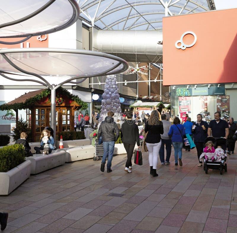 圣诞节顾客在贝辛斯托克市中心,英国 免版税库存图片