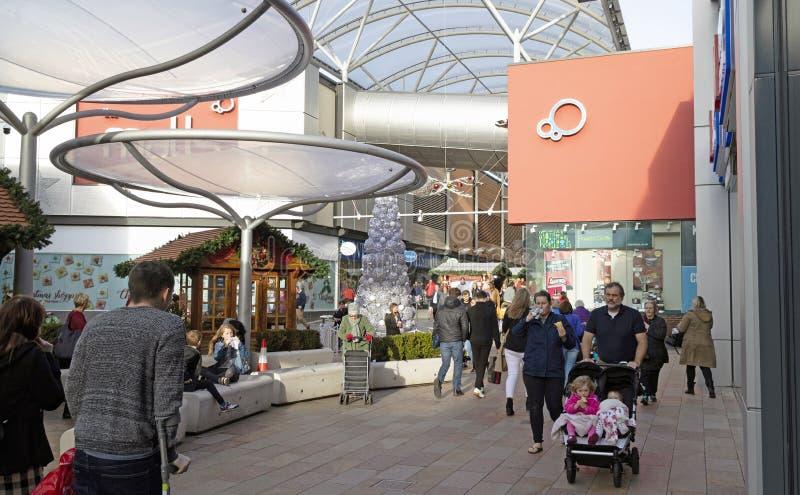 圣诞节顾客在贝辛斯托克市中心,英国 图库摄影