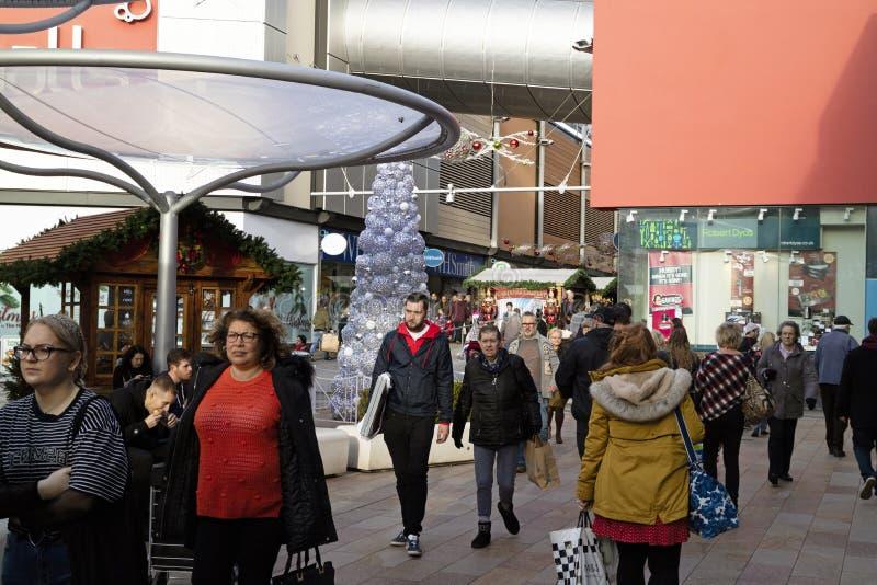 圣诞节顾客在贝辛斯托克市中心,英国 免版税库存照片