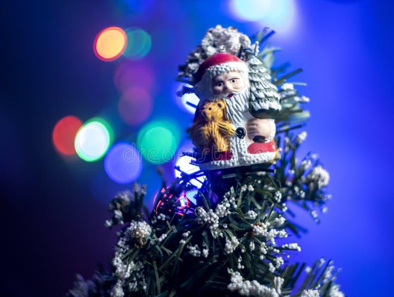 圣诞节题材圣诞老人和模糊的光 图库摄影