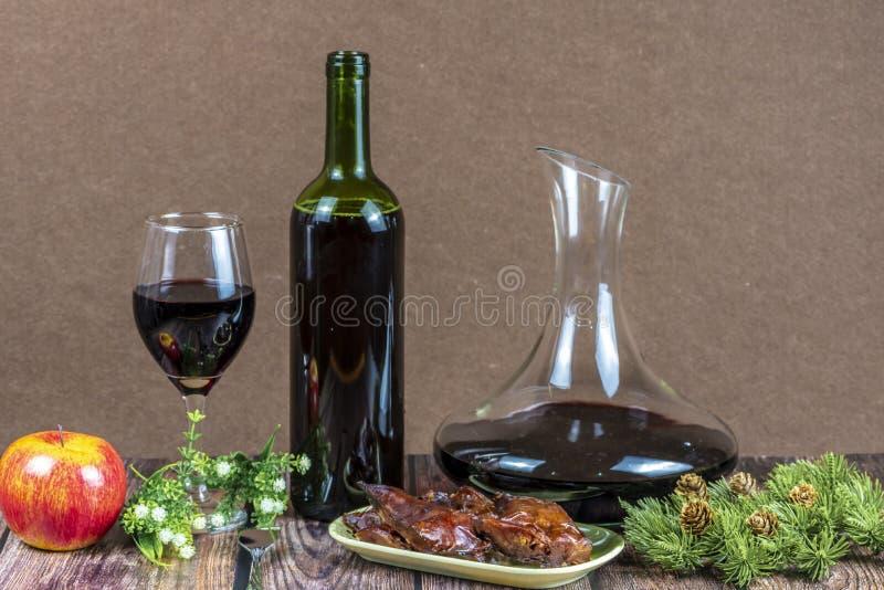 圣诞节食物和酒 免版税库存照片