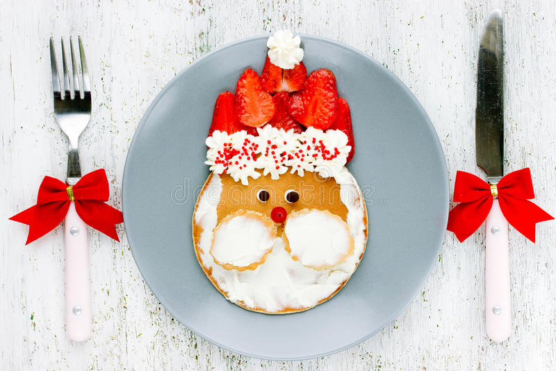 圣诞节食物孩子的-圣诞老人薄煎饼艺术想法早餐 免版税库存照片