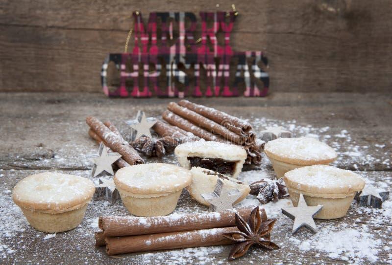 圣诞节食物的温暖的图象在土气样式木背景的 图库摄影