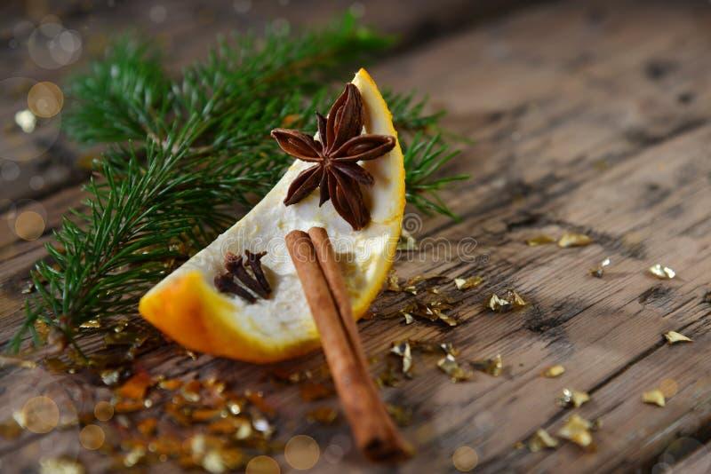圣诞节食物装饰,桔子,茴香,冷杉分支,桂香 库存图片