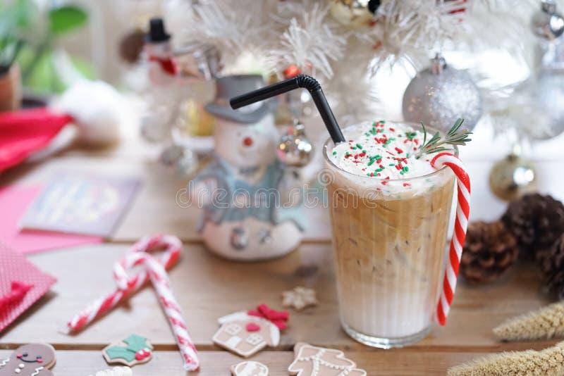圣诞节饮料 在圣诞节期间,一个杯子与棒棒糖的被冰的薄荷咖啡,一份季节性饮料仅服务 免版税库存照片