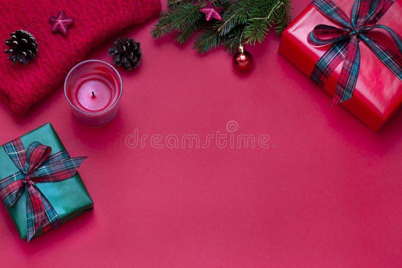 圣诞节,新年红色时髦的平的被放置的框架 寒假构成 免版税库存图片