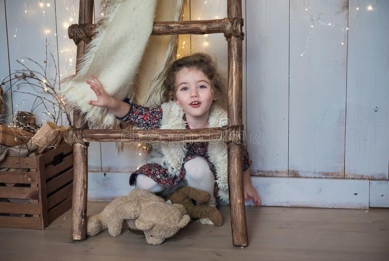 圣诞节,新年,时髦的婴孩的画象 女孩的大惊奇的眼睛 免版税库存照片