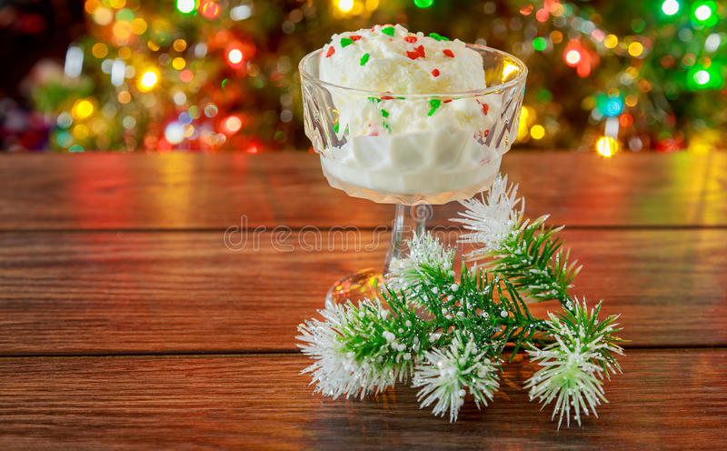 圣诞节,新的Year& x27; s伊芙 看冰淇凌 提取乳脂 库存照片