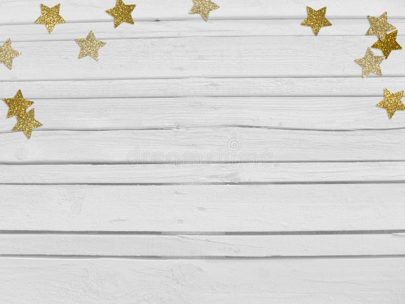 圣诞节,新年晚会与金黄星形状闪烁的五彩纸屑的大模型场面和空的空间 白色木 免版税库存图片