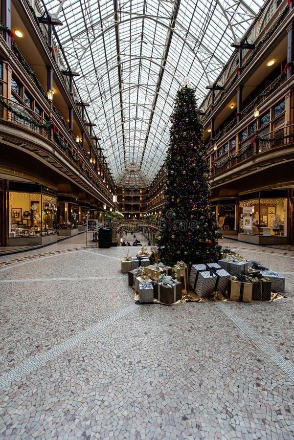 圣诞节&假日装饰-历史的欧几里德拱廊-克利夫兰,俄亥俄 免版税图库摄影