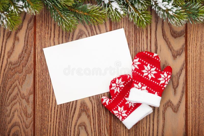 圣诞节贺卡或照片框架和手套在木t 库存图片