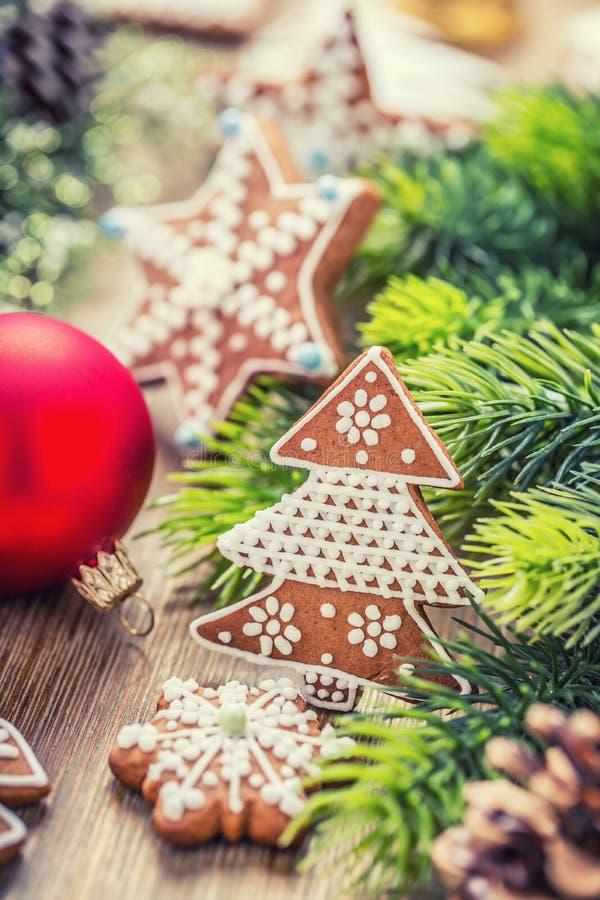 圣诞节 圣诞节球酥皮点心姜饼杉木锥体和装饰 背景圣诞节关闭红色时间 库存照片