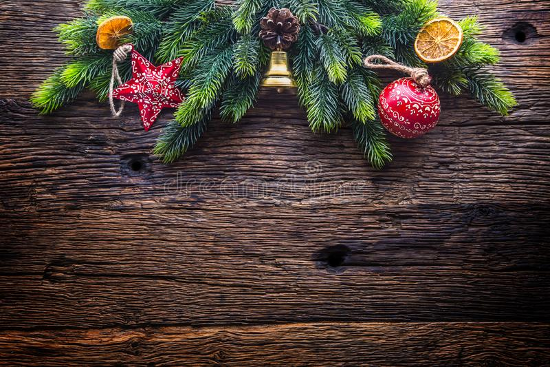 圣诞节 圣诞节装饰与星门铃的杉树和在土气木桌上的杉木锥体 免版税库存照片