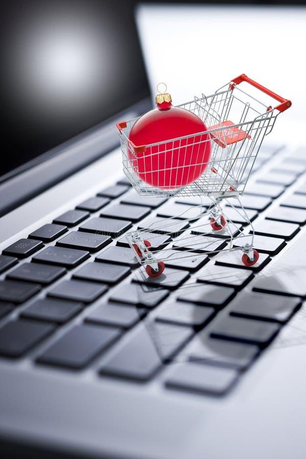 圣诞节购物的网上计算机 库存照片