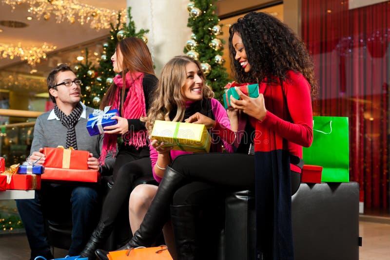 圣诞节购物-购物中心的朋友 免版税图库摄影
