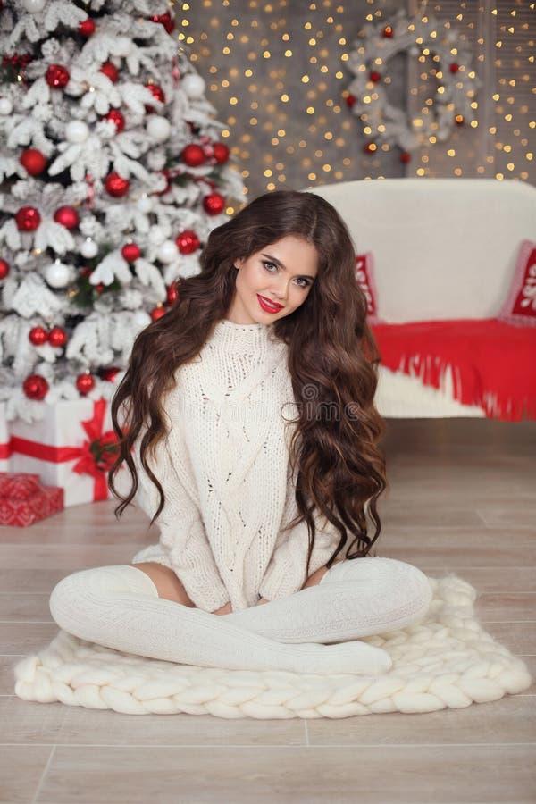 圣诞节 白色的美丽的微笑的妇女编织了毛线衣和 免版税库存照片