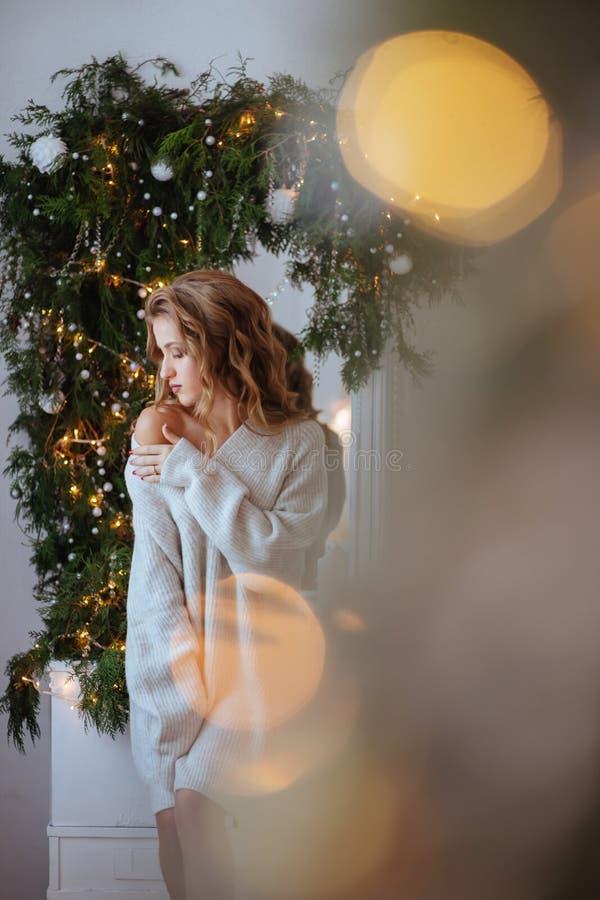 圣诞节 美丽的微笑的妇女 库存照片