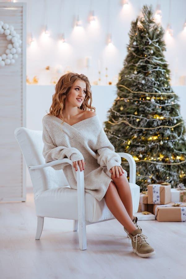 圣诞节 美丽的微笑的妇女 免版税库存照片