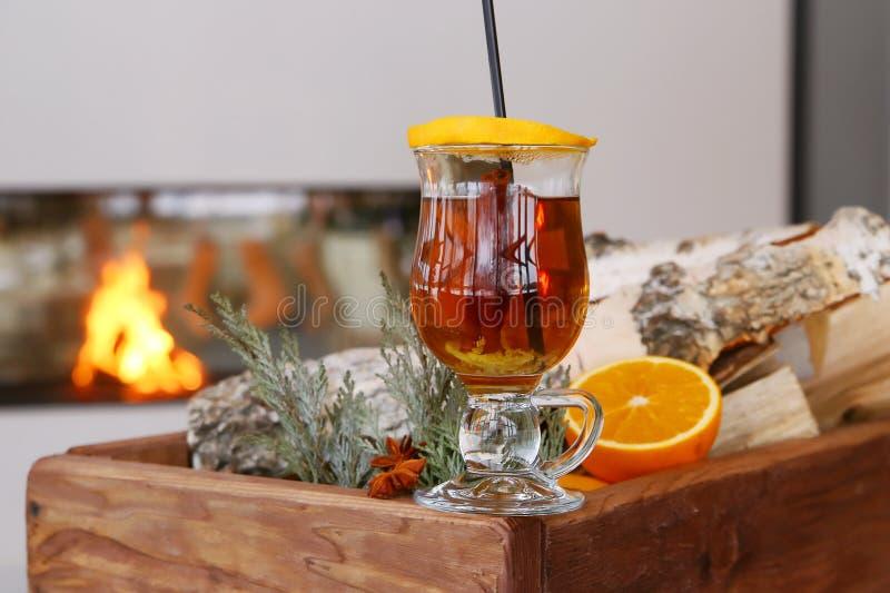圣诞节仔细考虑了苹果汁用在土气桌,传统饮料上的香料桂香、丁香、茴香和蜂蜜寒假, m 免版税库存照片