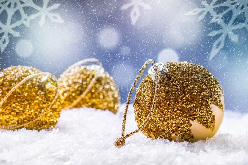 圣诞节 背景圣诞节关闭红色时间 在雪和多雪的抽象场面的豪华圣诞节球 库存照片