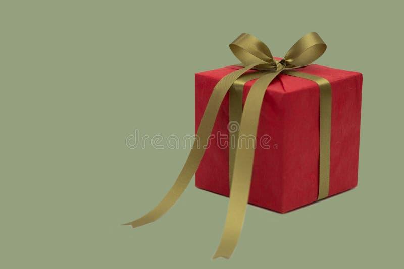 圣诞节gren和在白色背景隔绝的红色礼物盒 免版税库存图片
