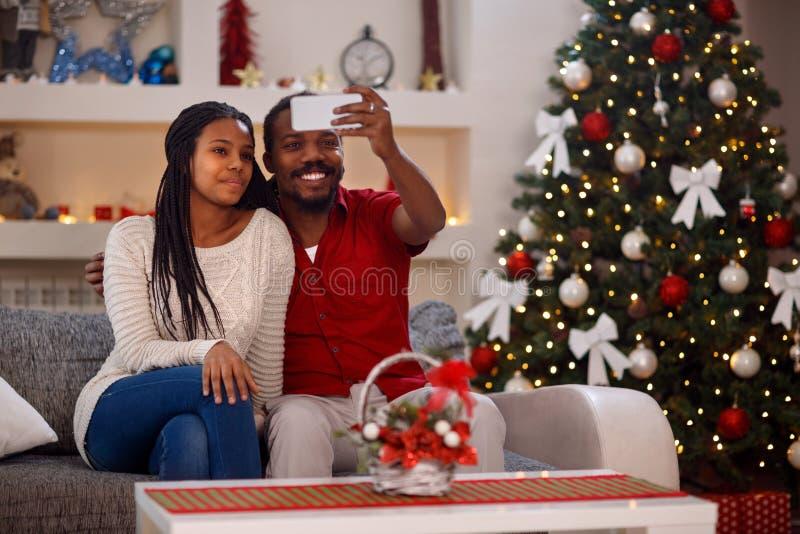 圣诞节selfie -采取selfie的父亲和女儿 免版税库存图片