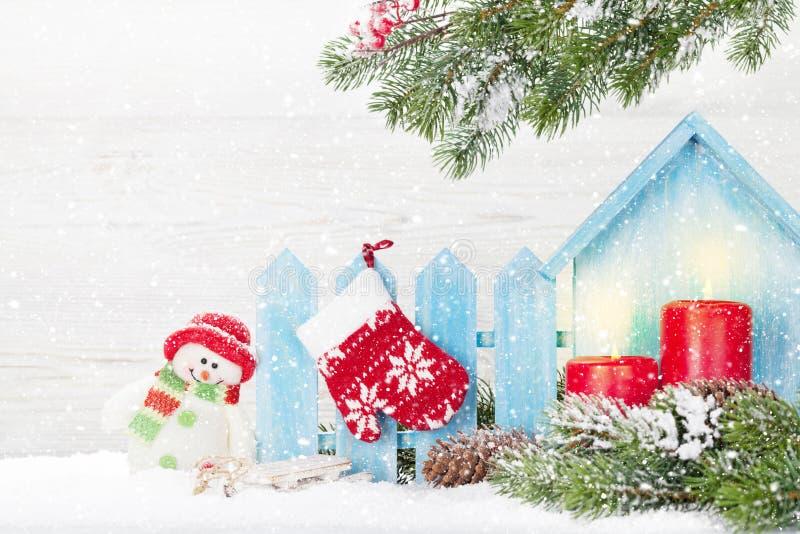 圣诞蜡烛,雪人玩具和杉树 免版税库存图片