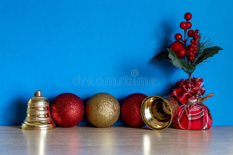 圣诞装饰与三饰钟贺卡 库存图片