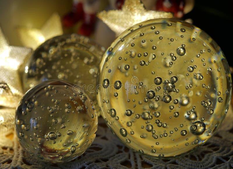 0559圣诞装饰与气泡和轻的星的玻璃球 库存照片
