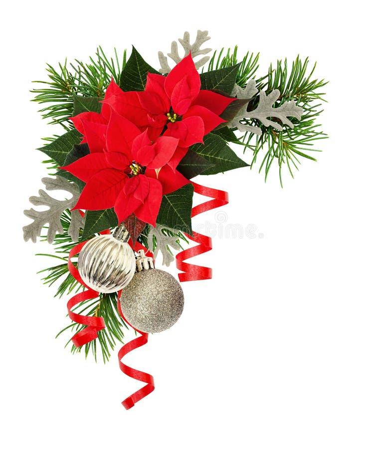 圣诞装饰和一品红花在假日角落 免版税库存照片