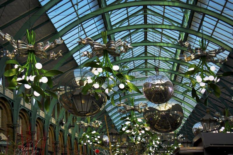 圣诞装饰和巨型中看不中用的物品在科文特花园市场,其中一个上最普遍的旅游胜地在伦敦,英国 库存图片