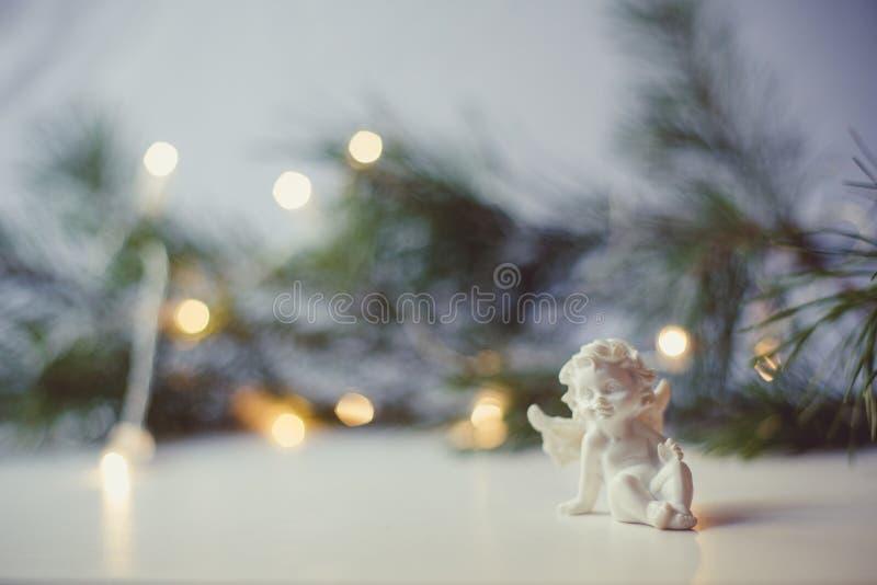 圣诞装饰围拢的天使小雕象 免版税库存照片