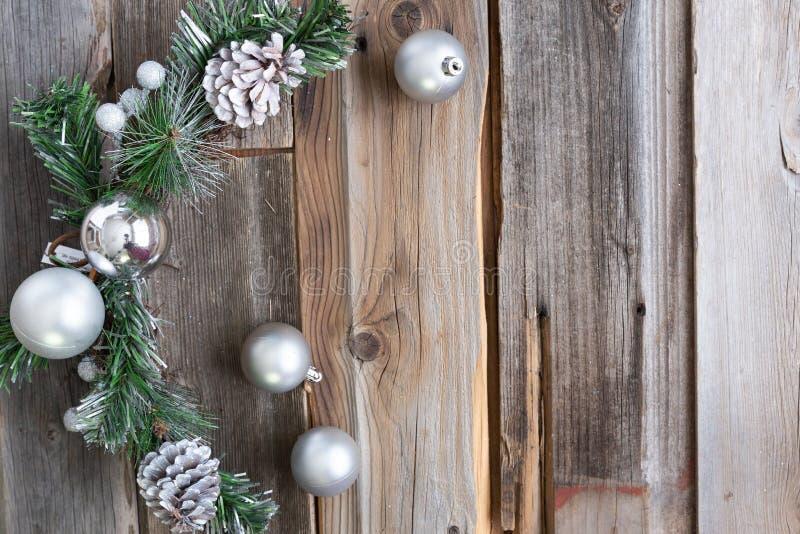圣诞装饰在一木backgr安置了在附近 库存照片