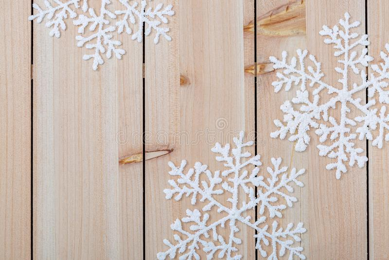 圣诞装饰背景和文本复制空间 木桌上的白雪花 圣诞快乐,新年快乐 免版税库存照片