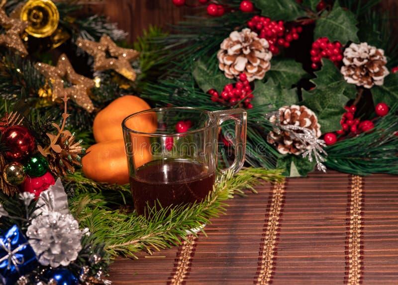 圣诞装饰,木背景、抽象背景对时刻开始到挽救或解答的存钱罐为保留金钱 免版税库存照片