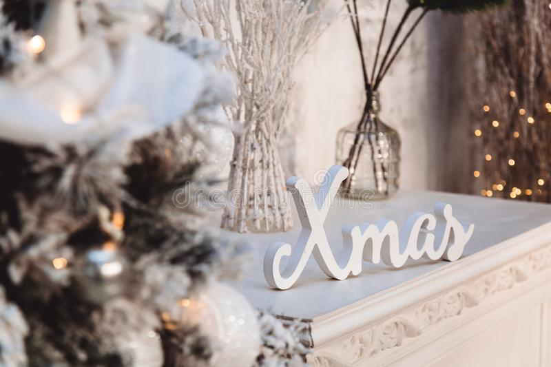 圣诞装饰:白色词和天使和圣诞树 免版税库存照片