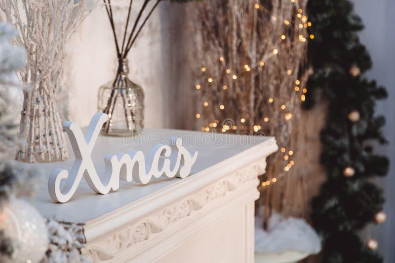 圣诞装饰:白色词和天使和圣诞树 免版税图库摄影