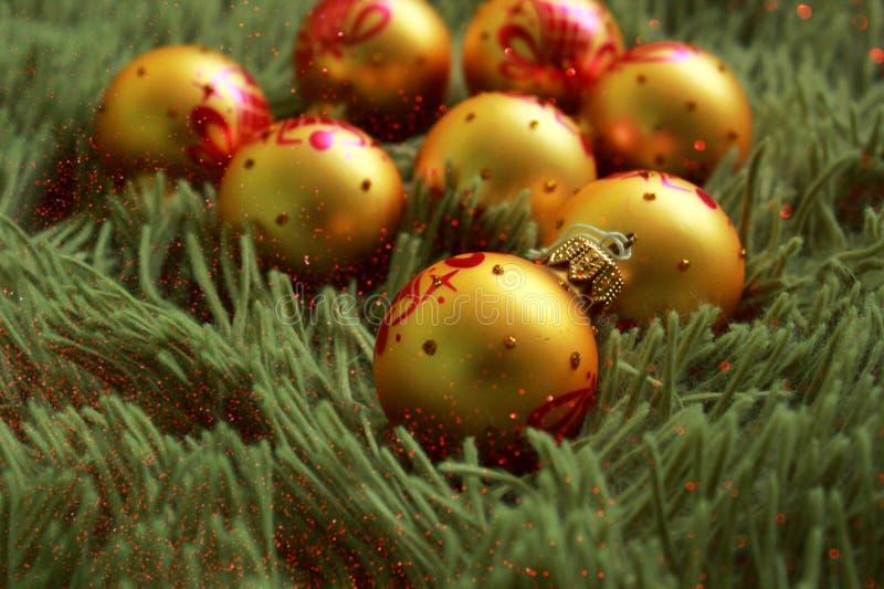 圣诞装饰-金黄颜色球 免版税库存照片