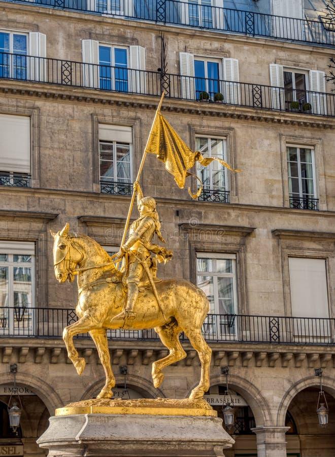 圣贞德雕象金字塔广场的在巴黎 图库摄影